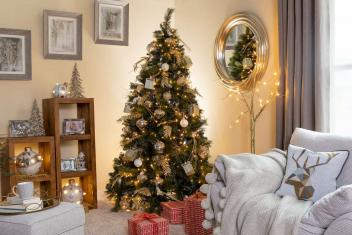 Decorate Your Christmas Tree like the Pros - Expert Tips and Tricks.